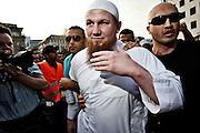 Frankfurt am Main | 20.04.2011..Am Mittwoch (20.04.2011) versammelten sich etwa 3000 ueberwiegend junge Musliminnen und Muslime zu einer Kundgebung mit Reden der radikalen Ismalisten Pierre Vogel (Abu Hamza) und Dr. Abu Bilal Philips auf dem Rossmarkt in Frankfurt am Main. Hier: Pierre Vogel (weisses Hemd) wird von seinen Bodyguards auf den Kundgebungsplatz gefuehrt...©peter-juelich.com..[No Model Release | No Property Release]1