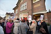 Nederland, Niojmegen, 14-1-2015 Mederwerkers van thuiszorgorganisatie Verian protesteren samen met SP en FNV tegen het voornemen hun salaris met 25% te korten, verlagen. Vandaag beginnen de gesprekken met individuele medewerkers hierover. De actievoerders wilden het gebouw in om de gesprekken kracht bij te zetten en solidariteit te tonen maar dat mocht niet.Het bestuur olv Klaas Stoterkwam even naar buiten om aan te geven dat een voor een de afspraken afgehandeld zouden worden. Velen voelen zich onder druk gezet op straffe van ontslag. FOTO: FLIP FRANSSEN/ HOLLANDSE HOOGTE