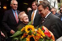 19 SEP 2002, TALLE/GERMANY:<br /> Gerhard Schroeder, SPD, Bundeskanzler, wird von seiner Mutter, Erika Vosseler, vor dem Lokal Taller Krug waehrend einem Besuch in seinem Heimatort begruesst<br /> IMAGE: 20020919-01-008<br /> KEYWORDS: Gerhard Schröder, mother,