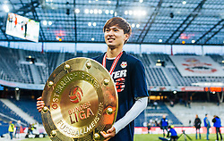15.05.2016, Red Bull Arena, Salzburg, AUT, 1. FBL, FC Red Bull Salzburg, Meisterfeier, im Bild Takumi Minamino (Red Bull Salzburg) mit dem Meisterteller // Takumi Minamino (Red Bull Salzburg) with the Trophy during the FC Red Bull Salzburg Champions Party of Austrian Football Bundesliga at the Red Bull Arena, Salzburg, Austria on 2016/05/15. EXPA Pictures © 2016, PhotoCredit: EXPA/ JFK