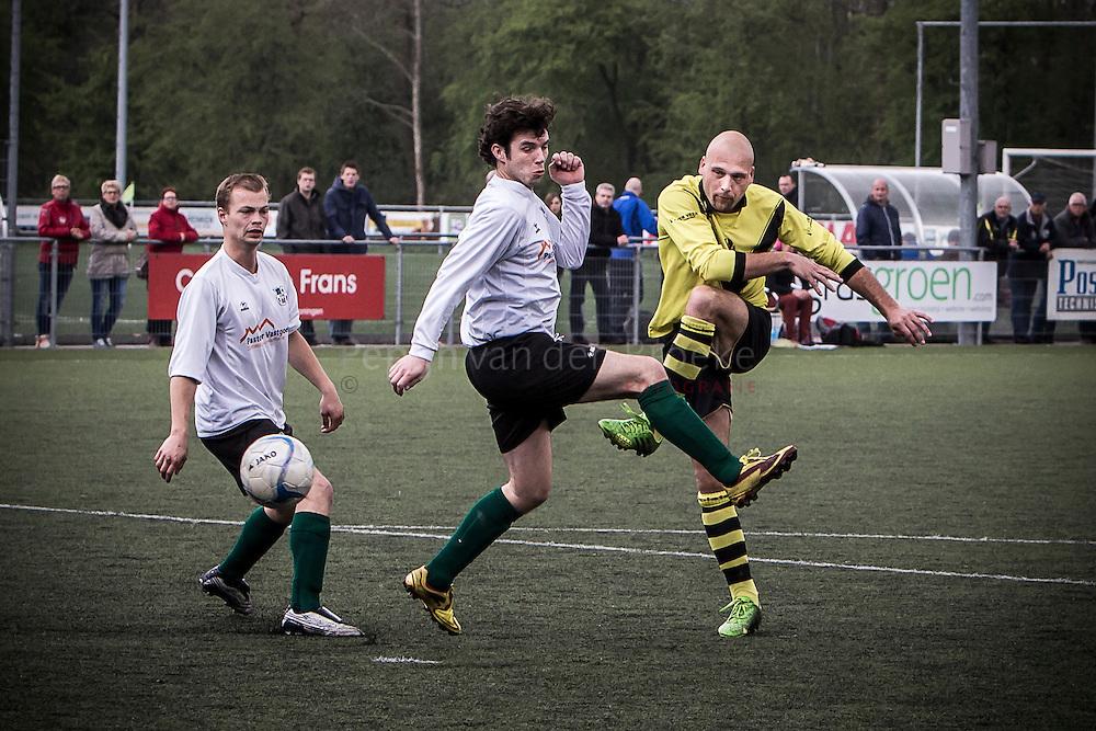 20140405. VVK 1 - Poolster 1, voetbal. Schot van Ronny Bakker (Poolster 11, rechts op foto) voorbij Tom Zeilemaker (VVK 4). foto: Pepijn van den Broeke. kilometers: 17