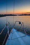 Segelbåt ligger på svaj i Finnhamn i Stockholms skärgård. / Stockholms archipelago Sweden.