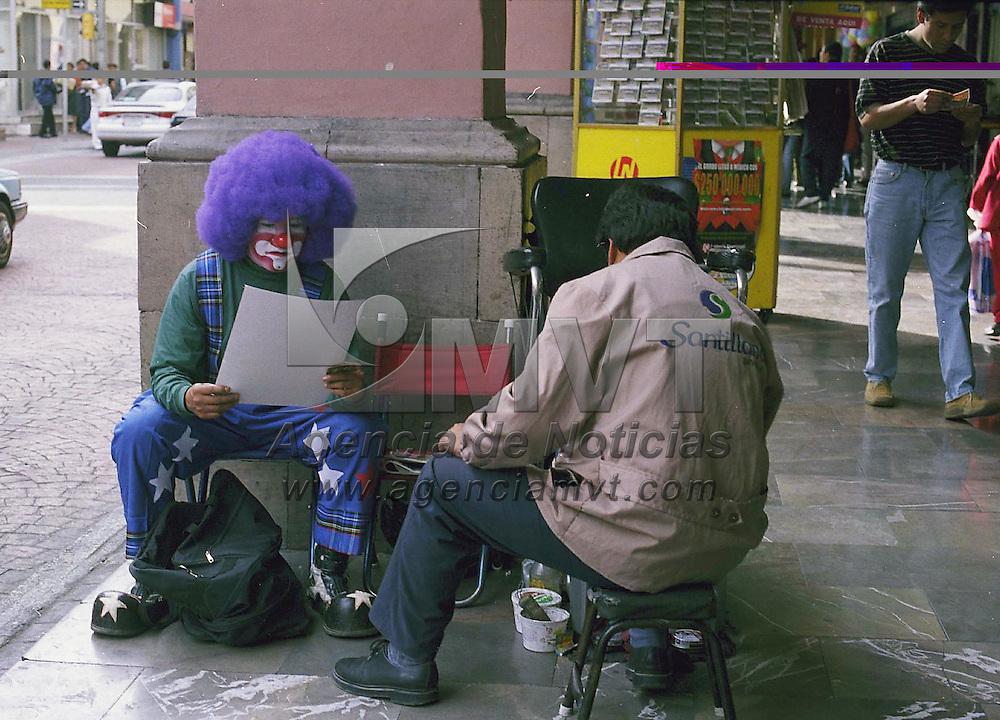 Toluca, Méx.- Cuanto me cuesta bolear mis zapatotes; en los portales de Toluca. Agencia MVT / Daniela Bojorquez