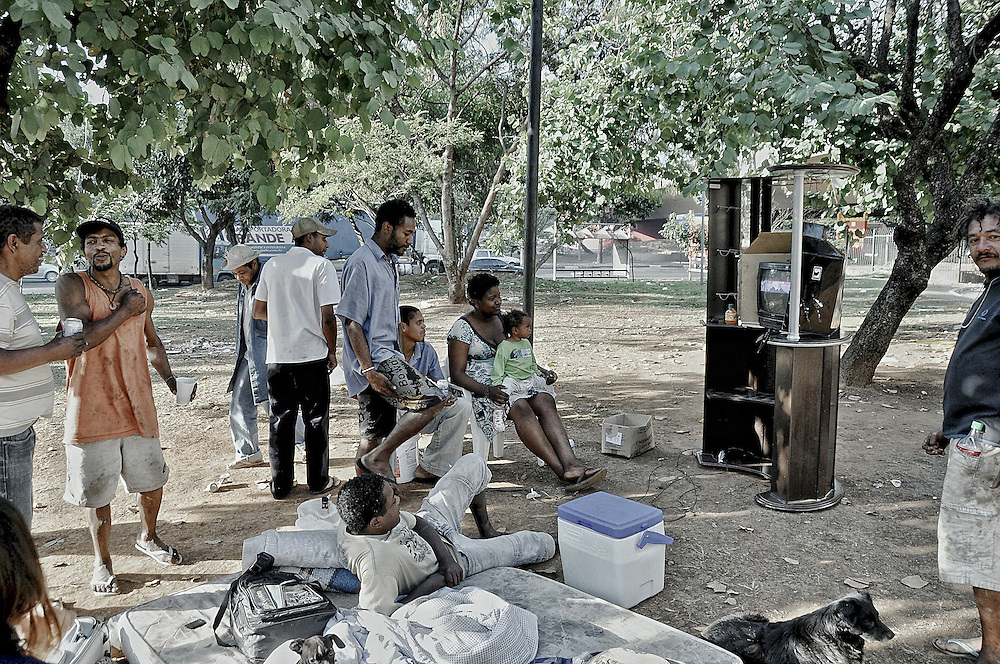 fotoreportagem com moradores de rua durante a copa do mundo de 2010. Fotos tiradas com moradores que vivem embaixo da ponte na avenida dos bandeirantes.