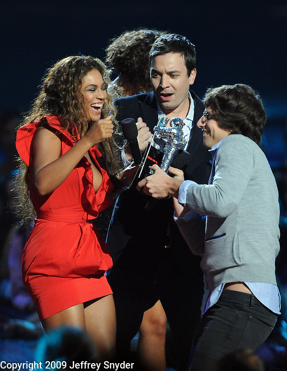 New York, NY-September 13, 2009: Beyonce, Jimmy Fallon and Andy Samburg perform during the MTV Video Music Awards at Radio City Music Hall on September 13, 2009 in New York City (Photo by Jeff Snyder/PictureGroup)