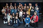 De Raad van Kinderen van het Marine Stewardship Council (MSC) heeft vanmiddag in het Oceanium van Diergaarde Blijdorp adviezen gepresenteerd aan MSC en haar partners, over duurzame visvangst en de rol van verschillende partijen die betrokken zijn in de keten van vangst tot bord. Prinses Laurentien trad namens de door haar opgerichte Missing Chapter Foundation op als facilitator.<br /> <br /> Op de Foto:  Prinses Laurentien met de Raad van kinderen