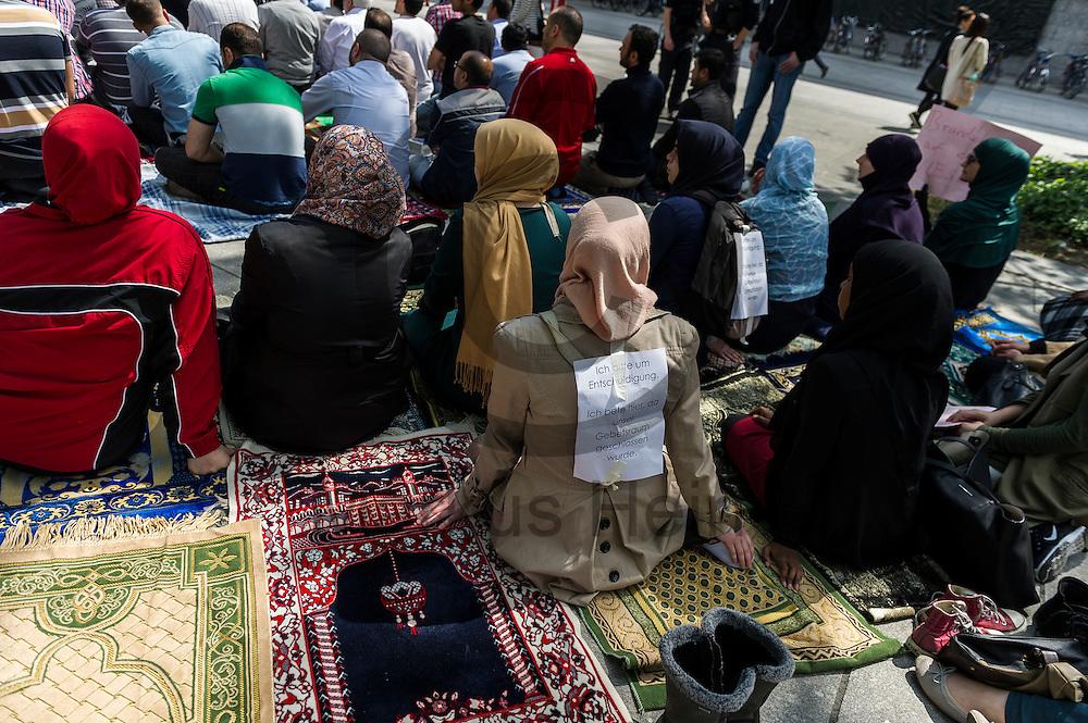 &quot;Ich bitte um Entschuldigung Ich bete hier, da unser Gebetsraum geschlossen wurde&quot; steht w&auml;hrend der Kundgebung zur Schlie&szlig;ung des Gebetsraumes der TU Berlin am 20.05.2016 in Berlin, Deutschland auf dem R&uuml;cken einer Muslima. Ca 200 Muslime hielten vor der Universit&auml;t eine Kundgebung und ein Gebet ab um gegen die Schlie&szlig;ung des Gebetsraumes in der Universit&auml;t zu demonstrieren. Foto: Markus Heine / heineimaging<br /> <br /> ------------------------------<br /> <br /> Ver&ouml;ffentlichung nur mit Fotografennennung, sowie gegen Honorar und Belegexemplar.<br /> <br /> Bankverbindung:<br /> IBAN: DE65660908000004437497<br /> BIC CODE: GENODE61BBB<br /> Badische Beamten Bank Karlsruhe<br /> <br /> USt-IdNr: DE291853306<br /> <br /> Please note:<br /> All rights reserved! Don't publish without copyright!<br /> <br /> Stand: 05.2016<br /> <br /> ------------------------------