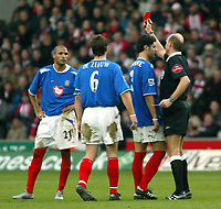 Fotball<br /> FA-cup 2005<br /> Southampton v Portsmouth<br /> 29. januar 2005<br /> Foto: Digitalsport<br /> NORWAY ONLY<br /> Referee Steve Bennett sends off Diomansy Kamara in the game at St Marys