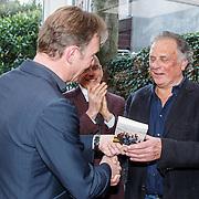 NLD/Amsterdam/20150331 - Boekpresentatie Altijd Viareggio van Rick Nieman, Rick Nieman overhandigt het eerste exemplaar aan Jan Cremer