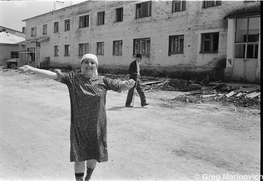 Wom,an greets Chechen fighters who take district capital Vedeno from Russian troops, July 1995. (Greg Marinovich)