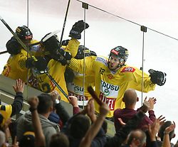 07.04.2019, Albert Schultz Halle, Wien, AUT, EBEL, Vienna Capitals vs EC Red Bull Salzburg, Halbfinale, 5. Spiel, im Bild Torjubel Capitals mit dem Torschuetzen zum 2:1 Sondre Olden (spusu Vienna Capitals) // during the Erste Bank Icehockey 5th semifinal match between Vienna Capitals and EC Red Bull Salzburg at the Albert Schultz Halle in Wien, Austria on 2019/04/07. EXPA Pictures © 2019, PhotoCredit: EXPA/ Thomas Haumer