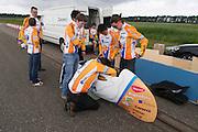 Het stoeltje in de VeloX2 wordt aangepast. Het Human Powered Team Delft en Amsterdam traint op de testbaan van de RDW in Lelystad.<br /> <br /> The seat inside the VeloX2 is adjusted. Human Powered Team Delft and Amsterdam is training at the test center of the RDW in Lelystad