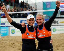 03-06-2012 VOLLEYBAL: EK BEACHVOLLEYBAL FINAL: SCHEVENINGEN<br /> (R-L) Sanne Keizer en Marleen van Iersel pakken de gouden medaille op het Europees Kampioenschap<br /> ©2012-FotoHoogendoorn.nl