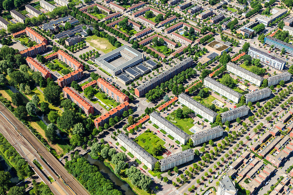 Nederland, Noord-Holland, Amsterdam, 14-06-2012; Slotervaart, Johan Huizingalaan (rechts), onder Robert Fruinlaan.  Het vierkant blok in het midden huisvest het Islamitisch College Amsterdam. Onder in beeld bouwblokken geplaatst onder een hoek in verband met de toetreding van zon. De flats staan aan de Robert Fruinlaan. ..De buurt is onderdeel van de Westelijke Tuinsteden, gerealiseerd op basis van het Algemeen Uitbreidingsplan voor Amsterdam (AUP, 1935). Voorbeeld van het Nieuwe Bouwen, open bebouwing in stroken, langwerpige bouwblokken afgewisseld met groenstroken. ..This residential area (Slotervaart) is an example of garden cities of Amsterdam-west. Constructed on the basis of the General Extension Plan for Amsterdam (AUP, 1935). Example of the New Building (het Nieuwe Bouwen), detached in strips, oblong housing blocks alternated with green areas, built in fifties and sixties of the 20th century. The square building (m) is the Islamitic College Amsterdam. The housing buildings ( r)) have been placed at an angle for the accession of sun...luchtfoto (toeslag), aerial photo (additional fee required).foto/photo Siebe Swart
