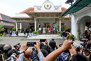 Staatsbezoek van Koning Willem Alexander en  Koningin Maxima aan Indonesie Dag 2 Java, Yogyaka Welkomstceremonie bij Kraton Yogyakarta, de woning van de Sultansfamilie Hamengku Buwono  ///  State visit of King Willem Alexander and Queen Maxima to Indonesia Day 2 Java, Yogyaka Welcome ceremony at Kraton Yogyakarta, the home of the Sultans family Hamengku Buwono