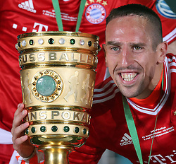 01.06.2013, Olympiastadion, Berlin, GER, DFB Pokal, FC Bayern Muenchen vs VfB Stuttgart, Finale, im Bild Franck RIBERY (FC Bayern Muenchen) mit dem Pokal, DFB Pokal, Pokal, Pokaluebergabe, quadrat, Siegerfoto, Gewinner, Siegerehrung, Pokalsieger, Freude, lachen, lachend // during the DFB Pokal Final Match between FC Bayern Munich and VfB Stuttgart at the Olympiastadium, Berlin, Germany on 2013/06/01. EXPA Pictures &copy; 2013, PhotoCredit: EXPA/ Eibner/ Eckhard Eibner<br /> <br /> ***** ATTENTION - OUT OF GER *****