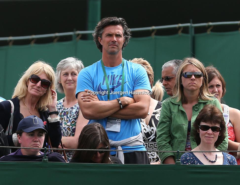 Wimbledon Championships 2012 AELTC,London,.ITF Grand Slam Tennis Tournament,.Robert Orlik,Trainer von Annika Beck (GER) steht zwischen Zuschauern am Rand von Court 8 und beobachtet das Match von seinem Schuetzling,Halbkoerper,Querformat,Feature,..
