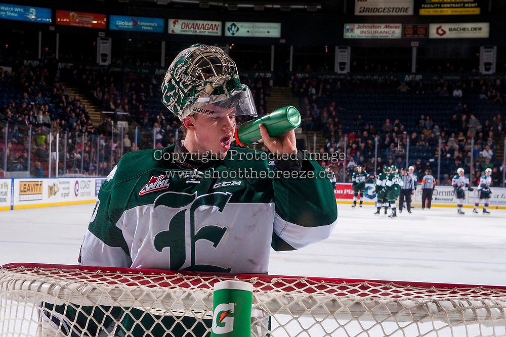 KELOWNA, CANADA - FEBRUARY 2: Carter Hart #70 of the Everett Silvertips takes a drink while standing in net during a time out against the Kelowna Rockets on FEBRUARY 2, 2018 at Prospera Place in Kelowna, British Columbia, Canada.  (Photo by Marissa Baecker/Shoot the Breeze)  *** Local Caption ***