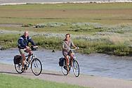 Fietsen op de zeedijk langs de Fugelpolle op Ameland.