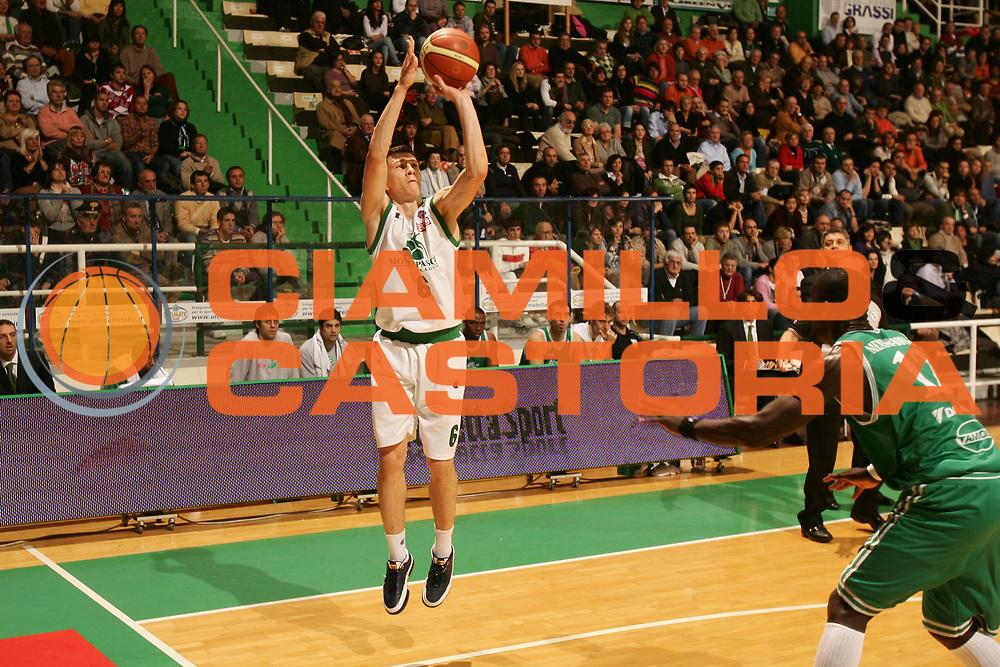 DESCRIZIONE : Siena Lega A1 2007-08 Montepaschi Siena Benetton Treviso <br /> GIOCATORE : Vlado Ilievski <br /> SQUADRA : Montepaschi Siena <br /> EVENTO : Campionato Lega A1 2007-2008 <br /> GARA : Montepaschi Siena Benetton Treviso <br /> DATA : 25/11/2007 <br /> CATEGORIA : Tiro <br /> SPORT : Pallacanestro <br /> AUTORE : Agenzia Ciamillo-Castoria/P.Lazzeroni
