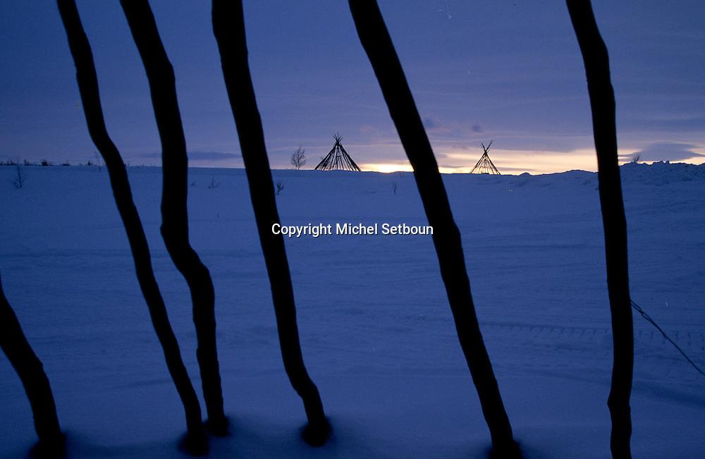 Samis (lap people) Lavous, traditional tent like an Indian Teepee.  Lapland  Norway        Les Samis (lapons); dans la région de Kautokeino près des lavous, tente traditionnelle, qui ressemble à un tepee indien.   Laponie,   Norvege       L004771  /  R00330  /  P111314