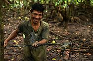 Rutilio Barqueño a la caza del  cangrejo.   Comunidad indígena La Chunga, Comarca Embera – Wounaan en la Provincia de Darién, Panamá.  La Chuga, ubicada en el  Rio Sambu, forma parte del corredor biológico de Bagres con sus inmensos bosques tropicales.