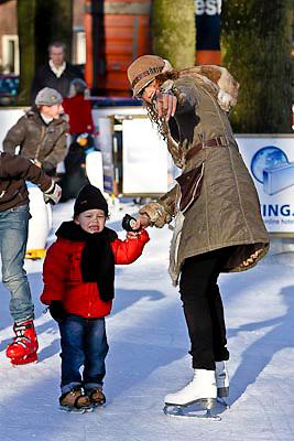 NLD/Laren/20081210 - Glennis Grace, partner Moos en zoont Anthony op de schaatsbaan in Laren