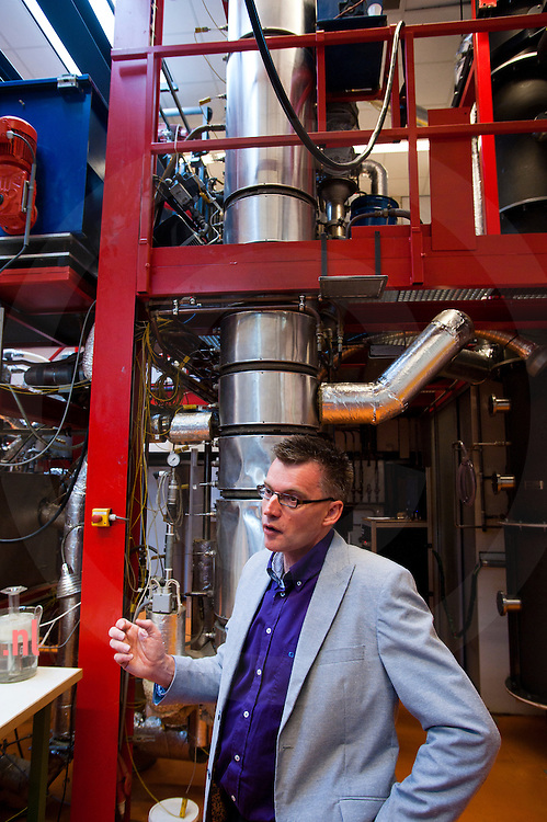 nederland enschede universiteit Twente d.d. 07-09-2010 professor Gerrit Brem.  Op de UT werkt men hard aan het berbeteren van het proces pyrolyse waarmee men uit biomassa brandstof kan halen. door verhitting verkrijgt men houtskool gas en de olie waar het v.n.l. om te doen is. die olie bevat echter nog teveel water, is veel te zuur en te onzuiver. foto: Cees Elzenga / Hollandse Hoogte