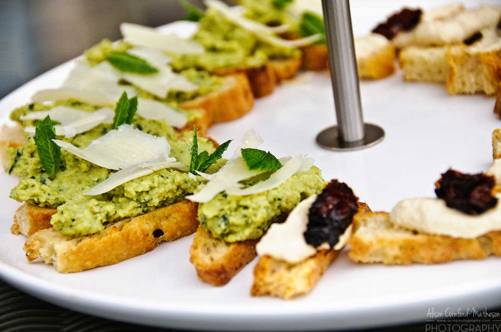 Appetizers of soda-bread canapes with pesto and hummus with sun-dried tomatoes.