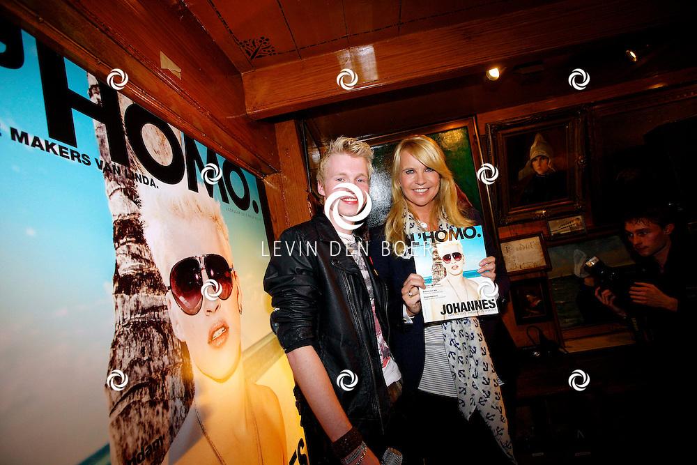 VOLENDAM - In Hotel Spaander is de nieuwe cover onthult van het magazine L'HOMO 5e editie. Met op de foto  Johannes Rypma die op de cover van L'Homo staat samen met Linda de Mol die het blad uitreikte. FOTO LEVIN DEN BOER - PERSFOTO.NU