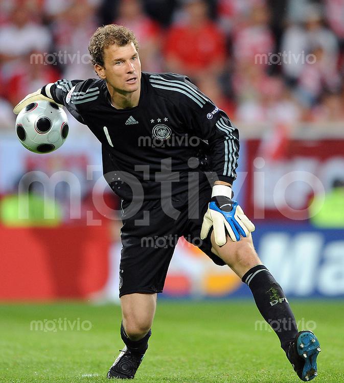 FUSSBALL EUROPAMEISTERSCHAFT 2008  Deutschland - Polen    08.06.2008 Torhueter Jens Lehmenn (GER) rollt den Ball zu einem Mitspieler.