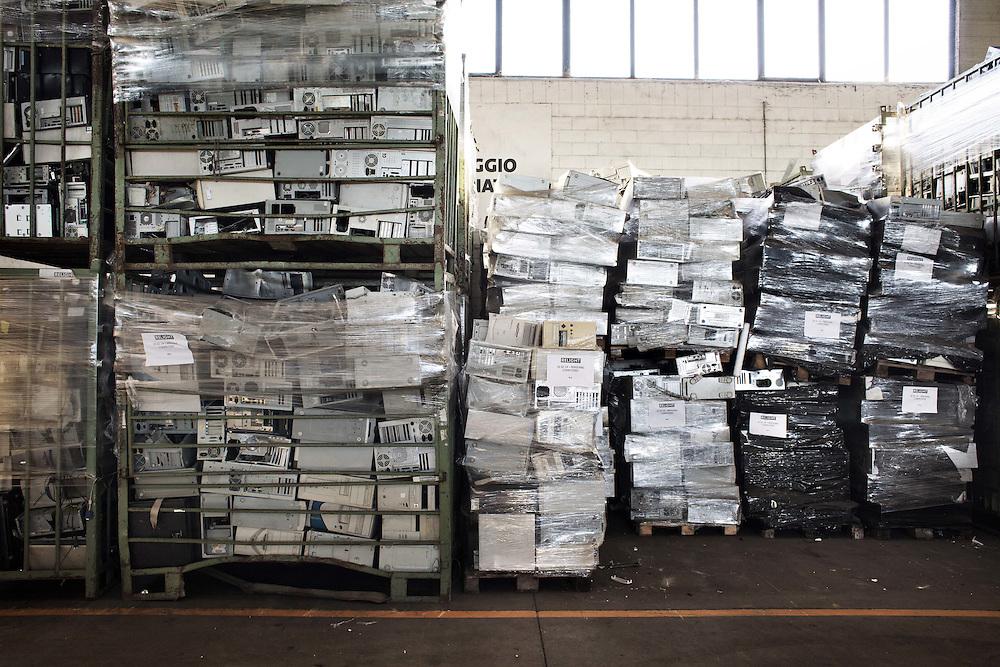 Carcasse di Computer dove reperire materiale per il riciclo<br /> <br /> Carcasses computer