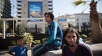 Syrische Fl&uuml;chtlinge sitzen auf dem Omonia Platz in Athen und planen ihre Weiterreise. &quot;Man muss das Paradoxe aushalten und lernen, das Andererseits im Einerseits mitzuden- ken und umgekehrt: &bdquo;Ja&ldquo; und &bdquo;Nein&ldquo; &ndash; das sind Lager und Schnittmengen zugleich, weil Alexis Tsipras eine Bedrohung ist und eine Hoffnung. Viele Menschen ha- ben sich an die Krise gew&ouml;hnt wie an die Sommerhitze, sie ist zu einem Teil ihres Alltags geworden und l&auml;hmt das Land. Aber man muss mit ihr zurechtkommen.<br /> &bdquo;Europa schuldig zu sprechen wegen seiner angeblichen Austerit&auml;tspolitik, ist immer der falsche Ansatz&ldquo;<br /> Apostolos Siokas<br /> Vize-B&uuml;rgermeister Moschato<br /> Zeiten waren schwierig, die Zeiten sind schwierig und die Zeiten werden schwierig sein. Eben drum aber sehnt man sich zugleich nach einer Katharsis, nach der Bereinigung einer Gegenwart, die nicht vergehen will.&quot; <br /> <br /> &quot;Der ewige Marathon&quot; | Dieter Schnaas | Wirtschaftswoche 29/10.7.2015