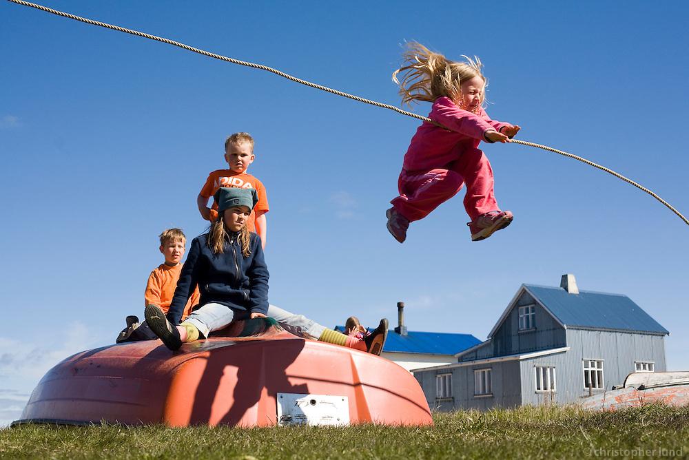 Krakkarnir að leika sér í Flatey, Þau fóru í snú snú þar sem hoppað var frá bátnum.