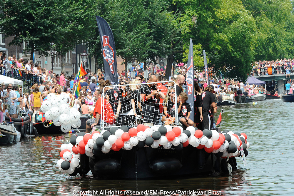 De Canal Parade 2014 - een botenparade over de Amsterdamse grachten en het hoogtepunt van Gay Pride Amsterdam.<br /> <br /> The Canal Parade 2014 - a boat parade on the canals of Amsterdam and the highlight of Gay Pride Amsterdam.<br /> <br /> Op de foto / On the photo: <br /> <br /> <br />  Een deelnemende boot SIN / A participating boat SIN