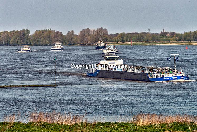 Nederland, Nijmegen, 21-4-2016Binnenvaartschepen varen over de Waal bij Nijmegen. Het is druk. Foto: Flip Franssen