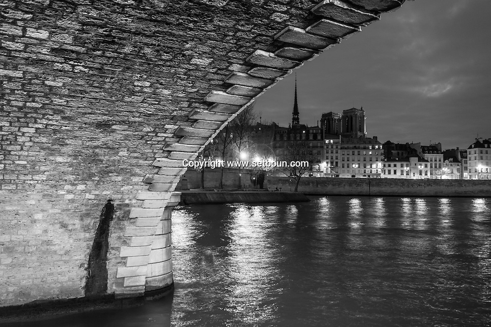 France. Paris. 4th district. Pont louis phillipe bridge  over the seine river between le Marais and Saint louis island, /  le pont louis Phillipe traverse la seine du Marais a l ile saint Louis