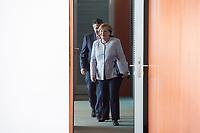 21 JUN 2017, BERLIN/GERMANY:<br /> Sigmar Gabriel (L), SPD, Bundesaussenminister, und Angela Merkel (R), CDU, Bundeskanzlerin, vor der T&uuml;re zum Kabinettsaal, vor Beginn der Kabinettsitzung, Bundeskanzleramt<br /> IMAGE: 20170621-01-011<br /> KEYWORDS: Kabinett, Sitzung