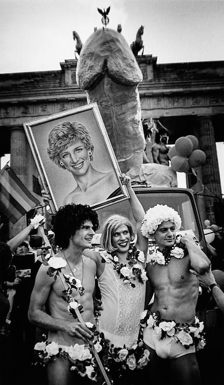 DEU Deutschland Germany Berlin Teilnehmer des Christopher STreet Days posieren mit Porträt der verstorbenen Lady Di.