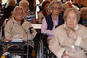 Oudere indo's luisteren naar toespraken. In verzorgingstehuis Rumah Kita in Wageningen wordt de jaarlijkse Indi&euml;-herdenking gehouden. Op 15 augustus 1945 capituleerde Japan, maar vlak daarna begon de bersiap periode in voormalig Nederlands-Indi&euml;. Met de herdenking wordt stil gestaan bij de roerige tijd, waarbij veel Indo's het land moesten verlaten.<br /> <br /> Residents of the nursing home for Dutch-Indonesian people Rumah Kita in Wageningen are attending a commemoration for the capitulation of Japan at the Indonesian war. After the war ended a new era started, where most of the Euro-Indonesian people had to leave the country.