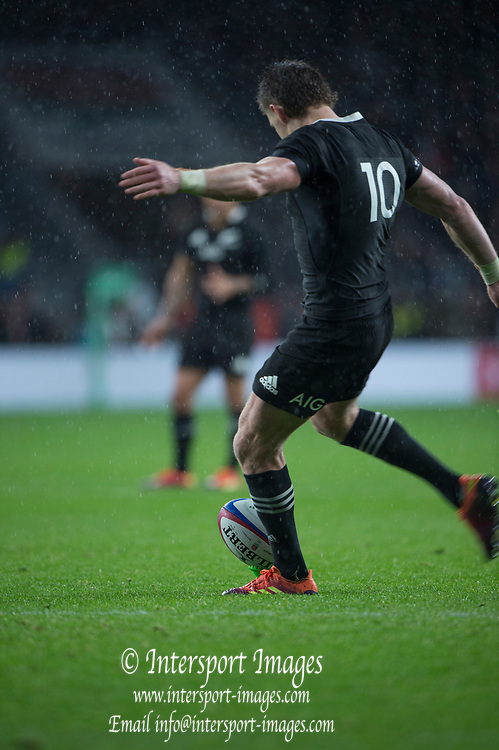 Twickenham, United Kingdom, Saturday, 10th  November 2018, RFU, Rugby, Stadium, England, Beauden BARRETT, kicking a second half, penalty during, the Quilter, Autumn International, England vs New Zealand © Peter Spurrier