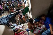 Mujeres y niños toman un descanso y se bañan en el patio de la municipalidad de Niltepec. Estado de Oaxaca, México. 29/10/2018<br /> <br /> A mediados de octubre 2018, miles de migrantes hondureños abandonaron sus casas para emprender el viaje hasta los Estados Unidos, recorriendo casi 5.000 kilómetros hasta la ciudad fronteriza de Tijuana en menos de dos meses.<br /> Las 10.000 personas (según estimaciones de la UNCHR) que conformaron la caravana visibilizaron el fenómeno migratorio por primera vez en Centroamérica, denunciando las problemáticas de extrema pobreza y violencia presentes en los lugares de origen.