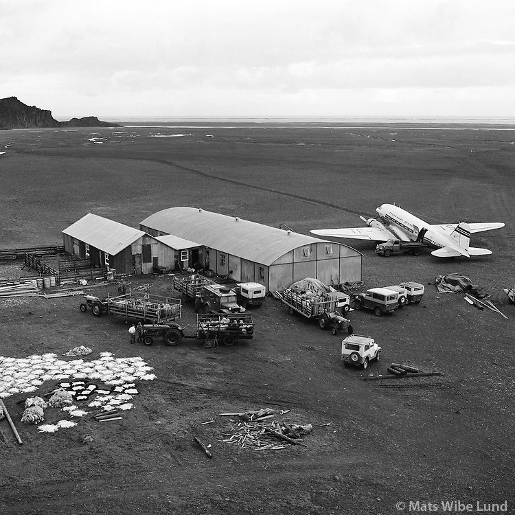 Sl&aacute;turh&uacute;si&eth; &aacute; Fagurh&oacute;lsm&yacute;ri, Hofshreppur s&iacute;&eth;an Sveitarf&eacute;lagi&eth; Hornafj&ouml;r&eth;ur /  Slaughterhouse for sheeps at Fagurholsmyri airport. Hofshreppur later: Sveitarfelagid Hornafjordur.<br /> -<br /> From the anniversary exhibition &quot;Mats 1956-1978&quot;