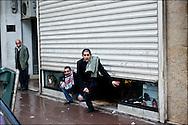 Des Tunisois observent les affrontements qui opposent les manifestants et les forces de police à proximité de l'ambassade de France à Tunis. // Des affrontements entre la police et les manifestants ont éclaté dans le centre de Tunis, notamment avenue Habib Bourguiba, faisant (selon Associated Press) 3 morts (prétendument par balle) et 12 blessés parmi les manifestants, Tunis le 26 février 2011.