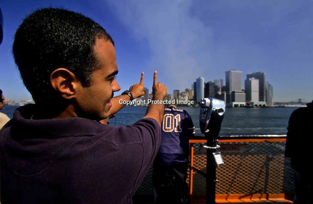 USA, New York , Man showing with his fingers the twin towers destroyed after the attack on the WTC /  un homme monte l emplacement des tours du World trade center apres l attaque