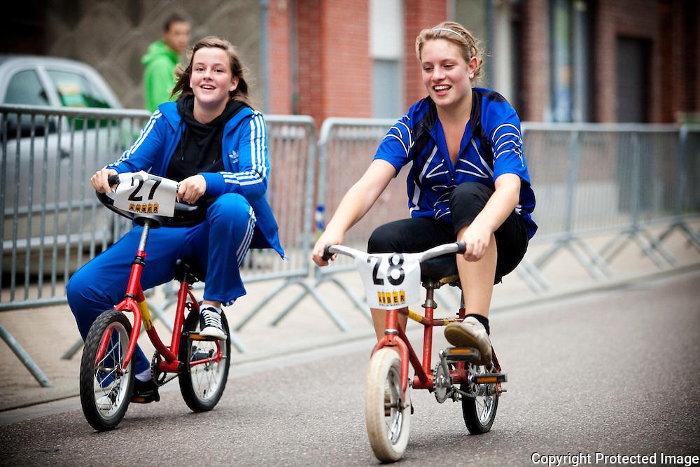 358575-zottekeskoers-fietskoers met gekke fietsen-kessel station