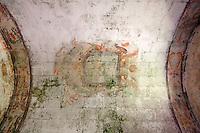 Soffitto con volta a botte della cappella della masseria situata in zona Munittula a Taviano (LE). Gli affreschi ormai sono deteriorato ma ancora perfettamente visibili. Le due fasce decorative erano poste al bordo del soffitto mentre al centro è ancora visibile uno stemma non più identificabile.