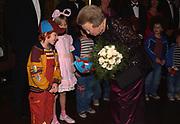 Premiere film Pluk van de Petteflet. De foto toont <br /> <br /> Koningin Beatrix, die Janieck van de Polder begroet<br /> <br /> Ook op de foto Suzanne Zuiderwijk