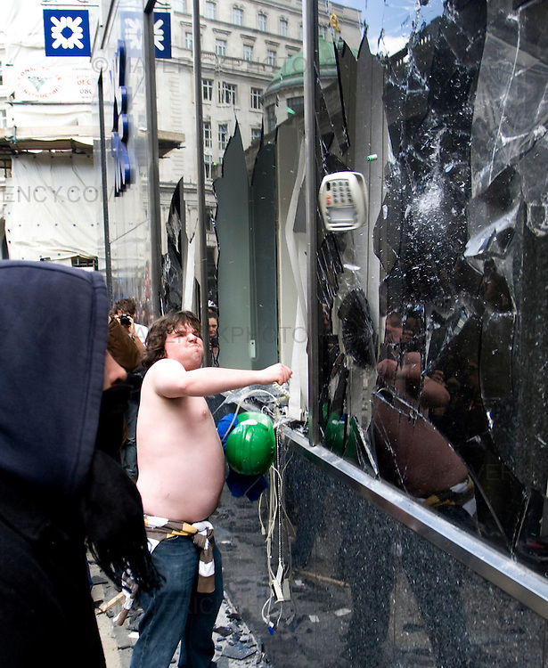 Protesters smash an RBS branch  in London City ahead of the G20 meeting tomorrow..1/4/09.Michael Hughes/Maverick.Tel. 07789681770