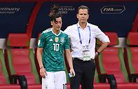 FUSSBALL WM 2018  Vorrunde  Gruppe F  ------- Suedkorea - Deutschland          27.06.2018 Mesut Oezil (li) und Teammanager Oliver Bierhoff (re, beide Deutschland) sind nach dem Abpfiff enttaeuscht